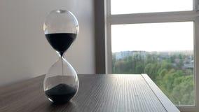 Lapso de tiempo de reloj de la arena hourglass Movimiento de las arenas a trav?s del vidrio de la hora metrajes