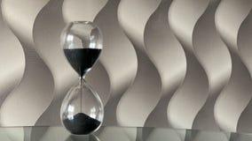 Lapso de tiempo de reloj de la arena hourglass Movimiento de las arenas a trav?s del vidrio de la hora almacen de metraje de vídeo