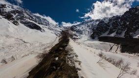Lapso de tiempo Rusia, Ossetia del norte, las montañas del Cáucaso en la formación Tseyskoe de la nube gorge almacen de metraje de vídeo
