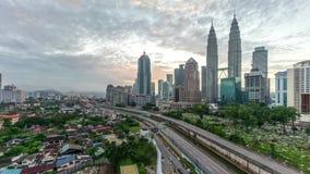 Lapso de tiempo Salida del sol dramática hermosa en el horizonte de la ciudad de Kuala Lumpur almacen de metraje de vídeo