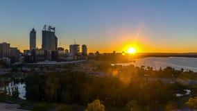 Lapso de tiempo Salida del sol en el horizonte de la ciudad de Perth, Australia almacen de video