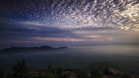 Lapso de tiempo: Salida del sol hermosa en la colina en Perlis Malasia almacen de video