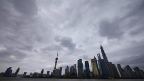 Lapso de tiempo Shangai y nube del vuelo, edificio económico de Lujiazui, el río Huangpu almacen de metraje de vídeo