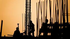 Lapso de tiempo - silueta del trabajador de construcción almacen de metraje de vídeo