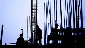 Lapso de tiempo - silueta del trabajador de construcción metrajes