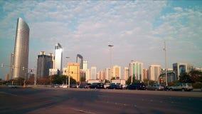 Lapso de tiempo soleado de los caminos 4k de Abu Dhabi almacen de video