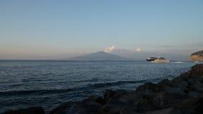 Lapso de tiempo, tarde, visión desde el puerto de Sorrento, en el volcán Vesuvio, Nápoles almacen de video