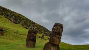 Lapso de tiempo torcido de la mina de Moai en Rapa Nui con muchas estatuas almacen de metraje de vídeo
