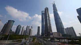 Lapso de tiempo, tráfico urbano, centro y rascacielos, nube que vuela de las finanzas del lujiazui de Shangai almacen de video