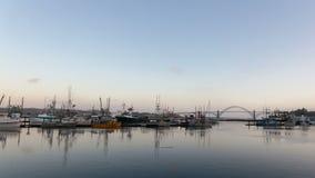 Lapso de tiempo ultra alto de la definición 4K de las nubes blancas y del cielo azul con la reflexión del agua y del puente de la metrajes