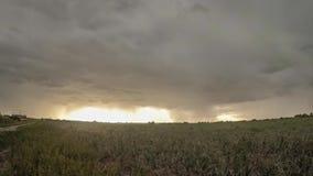 Lapso de tiempo ultra granangular de una tempestad de truenos inminente sobre el campo holandés almacen de video