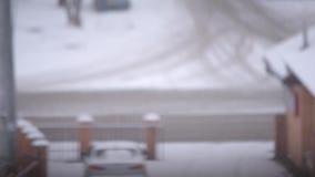 Lapso de tiempo de un camino hivernal borroso en una ciudad almacen de video