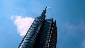 Lapso de tiempo de un rascacielos en Milán con las nubes metrajes
