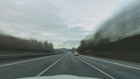Lapso de tiempo de una conducción en el Autobahn alemán más largo A7 en el sitio entre Fulda y Kassel metrajes