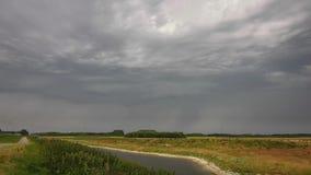 Lapso de tiempo de una tempestad de truenos con el cielo dramático metrajes