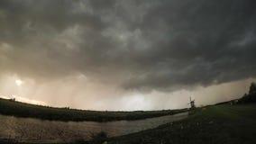 Lapso de tiempo de una tempestad de truenos dramática sobre el campo holandés almacen de video