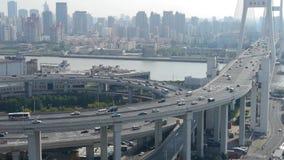 Lapso de tiempo, vista aérea del intercambio urbano del tráfico del paso superior, envío ocupado almacen de video