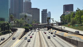Lapso de tiempo - vista del tráfico en la autopista sin peaje ocupada 10 en Los Ángeles céntrico almacen de metraje de vídeo