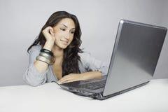 Laptob de la pizca de la mujer Foto de archivo