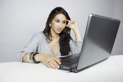 Laptob de la pizca de la mujer Fotos de archivo libres de regalías