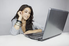 Laptob do whit da mulher Foto de Stock