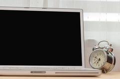Laptob et vieille horloge Photographie stock libre de droits