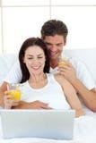 laptopów łóżkowi kochankowie ich używać Obraz Royalty Free