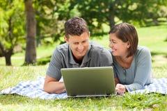 laptopów kochankowie ich działanie Zdjęcia Royalty Free