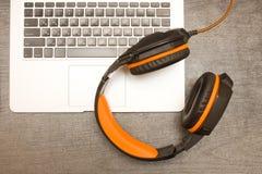 Laptopów hełmofony i klawiatura workplace Odgórny widok Obraz Stock