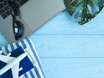 laptopów samolotowych paszportowych szkieł turysty wakacyjny wakacje drewniany tło Fotografia Royalty Free