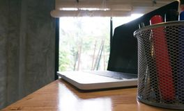 Laptopów stojaki na drewnianym stole Obrazy Stock