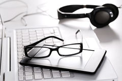 Laptopów szkła i cyfrowa pastylka na bielu Zdjęcia Stock