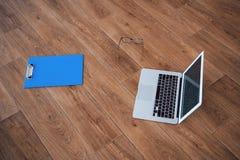 Laptopów szkieł pastylka na podłogowym parkietowym drewnianym tle szerokim Zdjęcie Royalty Free