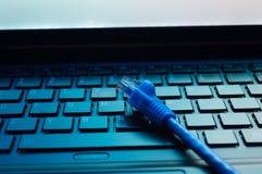 Laptop aan Internet wordt aangesloten dat Stock Afbeelding