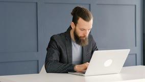 Laptop aarzelings peinzende van de bedrijfsmenseninspiratie stock footage