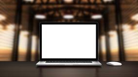 Laptop auf dem Fabrikhallenlager mit leerem Bildschirm auf Tabelle Stockfotografie