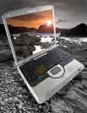 Laptop auf den Felsen Stockfoto
