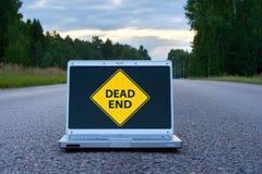 Laptop auf der Straße lizenzfreies stockbild