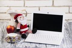 Laptop auf einem hölzernen und Ziegelsteinhintergrund Lizenzfreie Stockfotografie