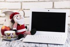 Laptop auf einem hölzernen und Ziegelsteinhintergrund Lizenzfreies Stockbild