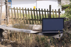 Laptop auf einer Holzbank Lizenzfreies Stockfoto