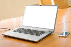 Laptop auf einer Tabelle Stockbilder