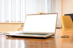 Laptop auf einer Tabelle Lizenzfreie Stockbilder