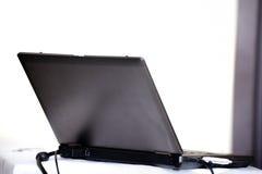 Laptop auf einer Tabelle mit usb-Blitz nach innen Stockfotografie