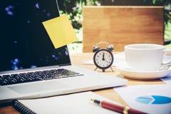 Laptop auf Schreibtisch im Café Stockbild