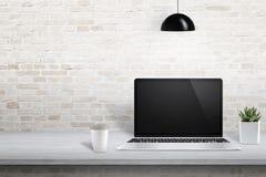 Laptop auf Schreibtisch mit freiem Raum auf linker Seite für Text, Bilderrahmen oder Produktdarstellung Stockfotografie