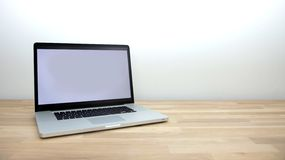 Laptop auf Tabelle Lizenzfreie Stockfotos