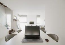 Laptop auf Tabelle Lizenzfreies Stockfoto