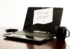Laptop avariado na mesa Imagem de Stock Royalty Free