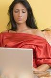 Laptop in bed royalty-vrije stock foto